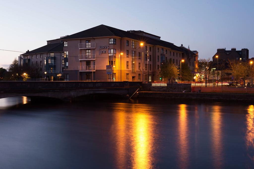 hotels in Galway Bay Ireland - Jurys Inn at dusk